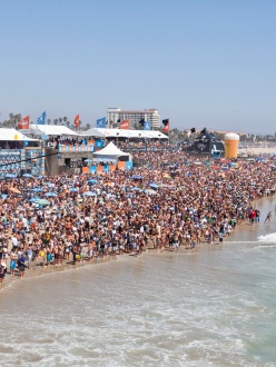 Crowds watching the surf competition on Huntington Beach