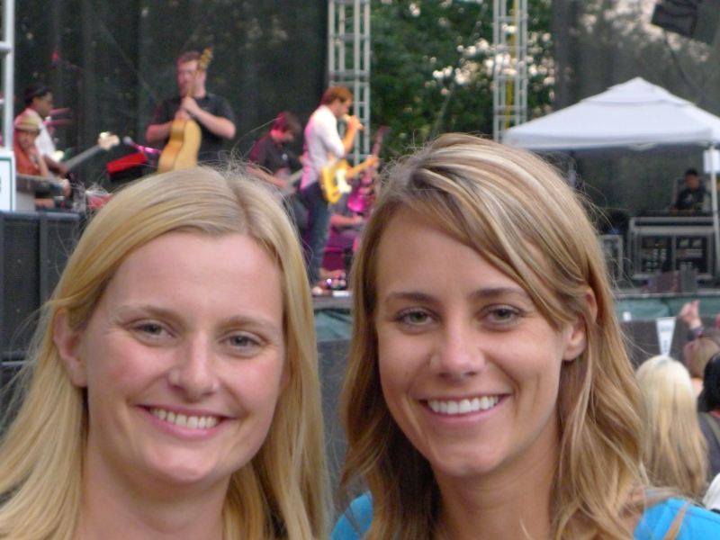Yes, there's Amos Lee behind those big heads. (We were striking out with people taking our pictures.)