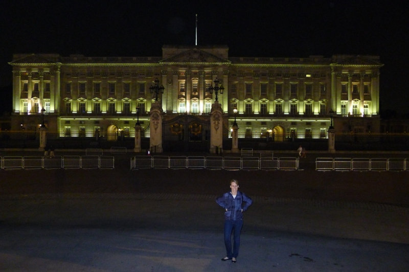 A stop at Buckingham Palace on our walk back to the hotel after the volleyball game